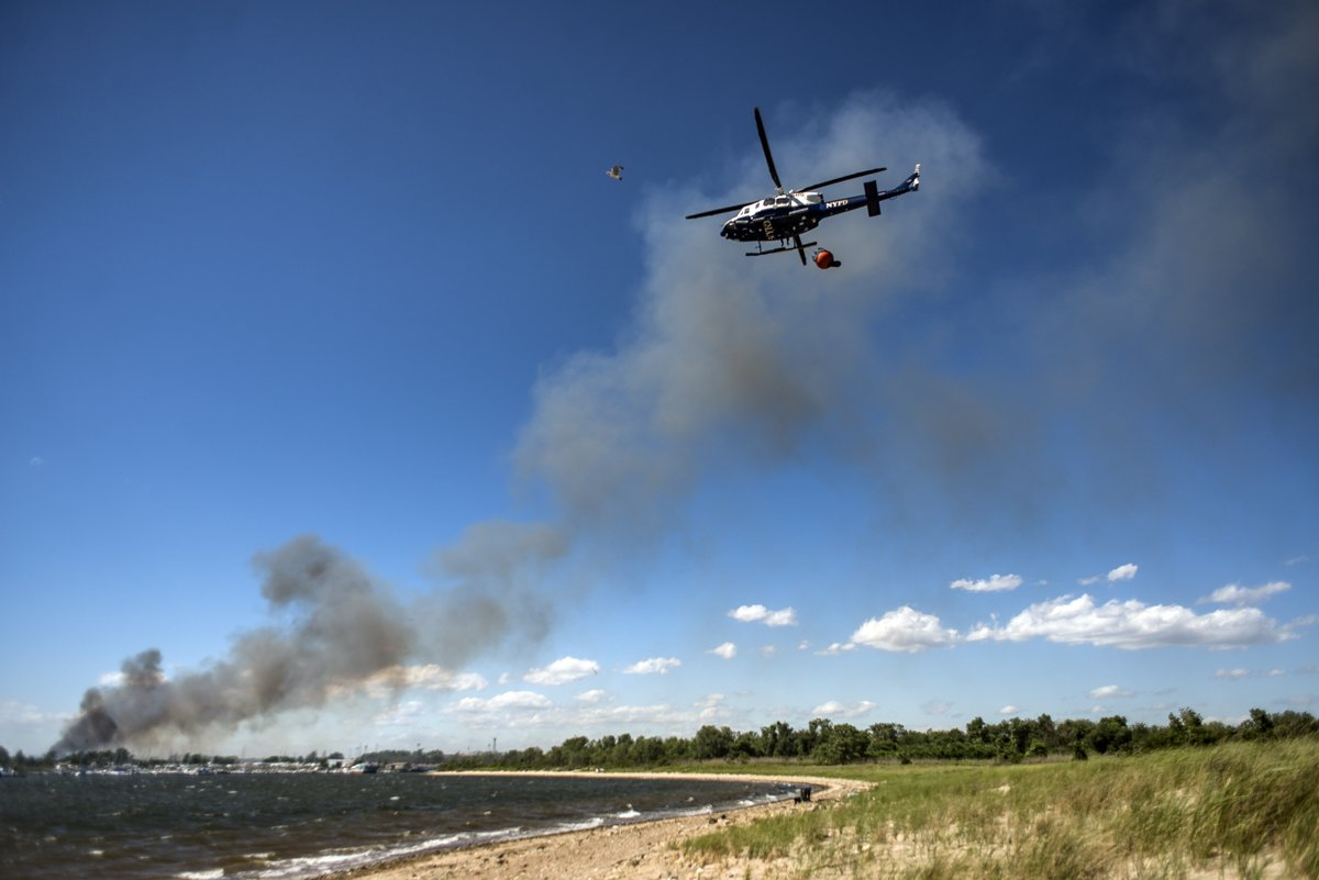 but-in-a-minor-technicality-it-wasnt-firefighters-told-us-that-shrub-land-next-to-the-park-was-on-fire-heres-an-nypd-helicopter-lofting-dirty-bay-water-to-dump-on-the-h